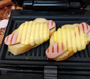 готовый бутерброд с сосиской